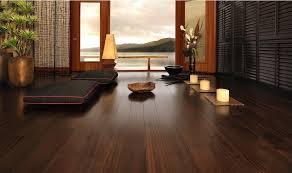 Có nên lắp đặt sàn nhựa vân gỗ cho phòng khách.